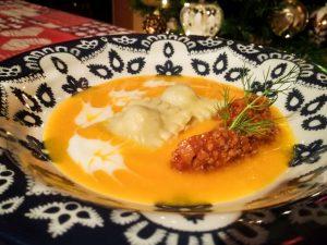 Ravioli ripieni di carne su vellutata di zucca e crema al pecorino
