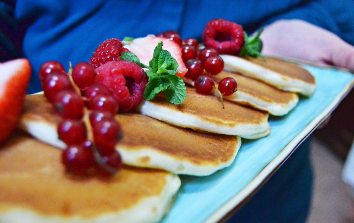 Pancakes allo yogurt e frutta fresca