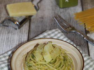 Spaghetti con pesto e patate