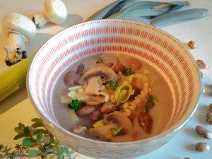 Pasta e fagioli con porro e funghi champignon