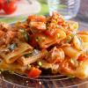mezze maniche con salmone, zucchine, pomodorini e granella di pistacchi