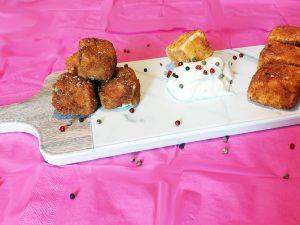 Bocconcini di formaggi con crema ai Tre Pepi su Tagliere Carrara Camilla Maison