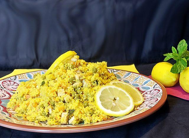 Cous cous di verdure, pollo e zafferano su vassoio Cordoba in melamina Camilla Maison