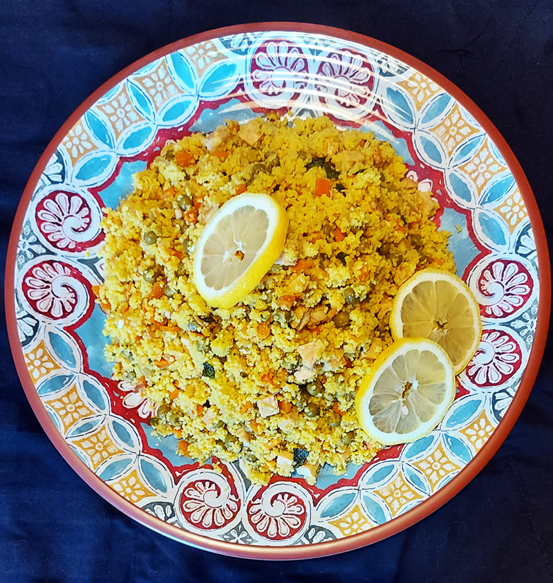 Cous cous di verdure con pollo e zafferano su Vassoio Tondo Cordoba in Melamina Camilla Maison